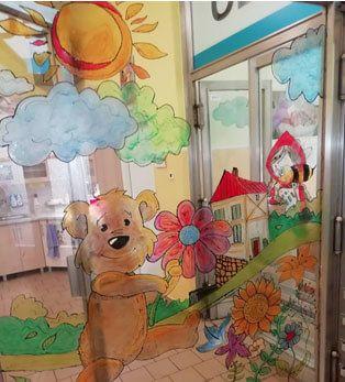 Študenti Strednej pedagogickej školy v Levoči  opäť skrášľovali priestory pediatrického oddelenia