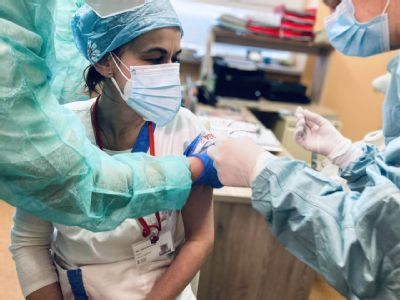 Levočská nemocnica začala s očkovaním svojich zamestnancov